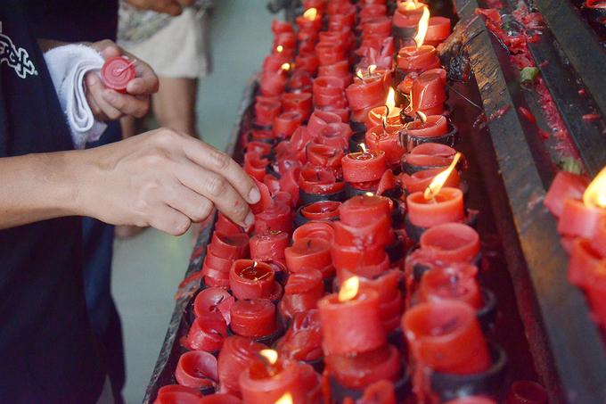 Người theo đạo ở Philippines có truyền thống thắp nến khi đến nhà thờ. Họ đi quanh những sạp gỗ khổng lồ, thắp sáng những thỏi nến đã tắt và thành tâm cầu nguyện. Mỗi nhà thờ sẽ dùng một màu nến khác nhau nhưng chủ yếu là hai màu trắng và đỏ.