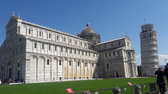 Thật ra tháp nghiêng Pisa được xây dựng với mục đích làm tháp chuông cho nhà thờ Santa Maria Assunta thôi đó...Tháp nghiêng là do… tính toán không cẩn thận!