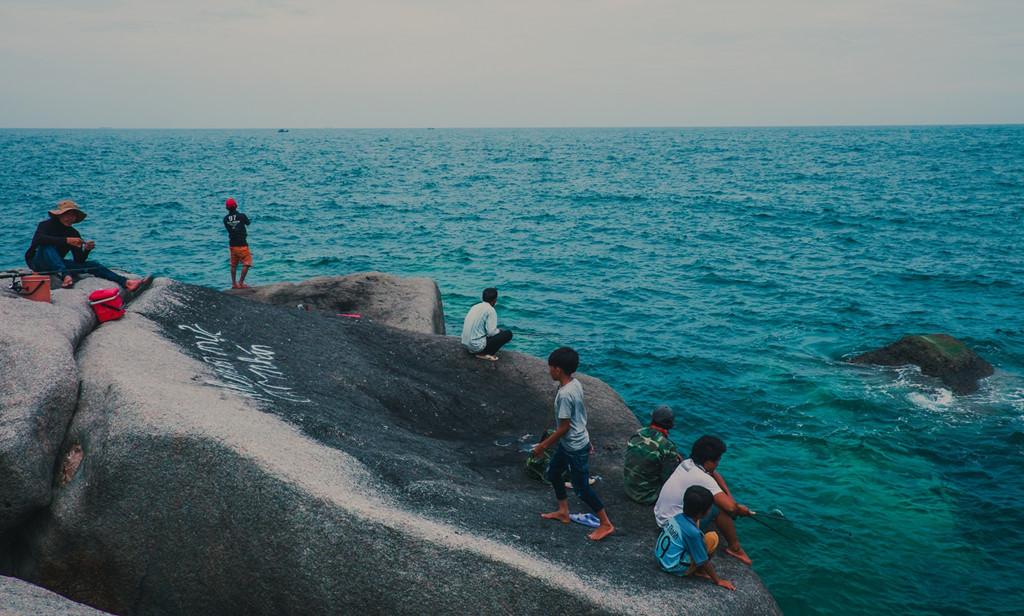 Tại Mũi Dinh có hai bãi tắm chính, mỗi bãi hoạt động vào một mùa khác nhau. Làn nước trong vắt, người dân địa phương hoặc khách du lịch có thể câu cá ngay trên bờ biển này.