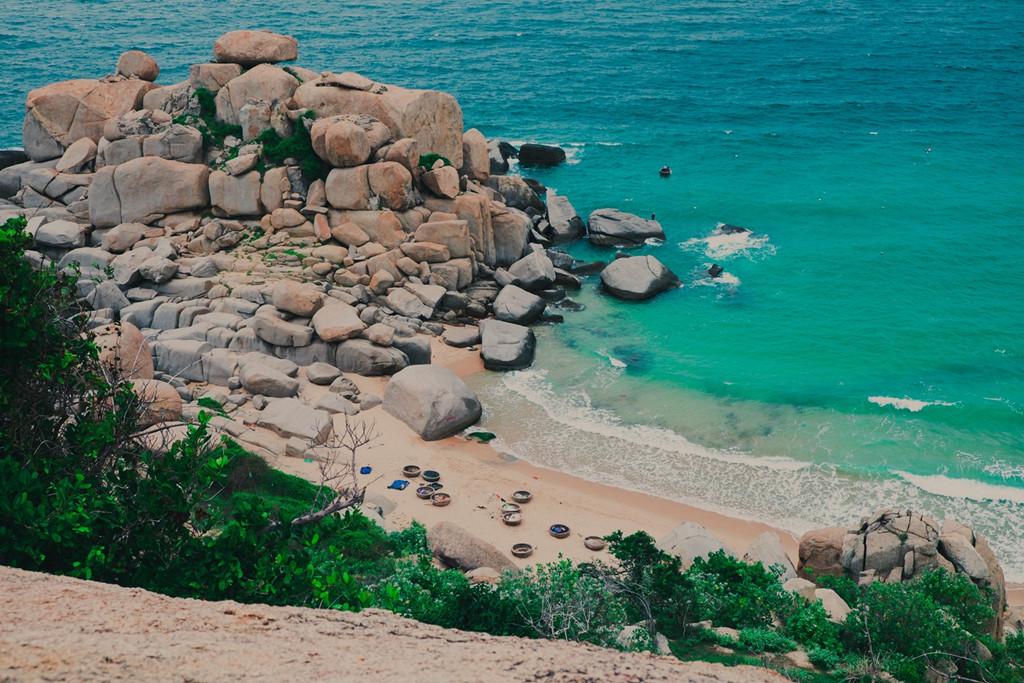 Nước biển Mũi Dinh trong veo, ngay sát bờ vẫn thấy cá bơi. Đá núi nhô ra biển xanh được tạo hóa xếp đặt tạo thành những hình thù lạ mắt.