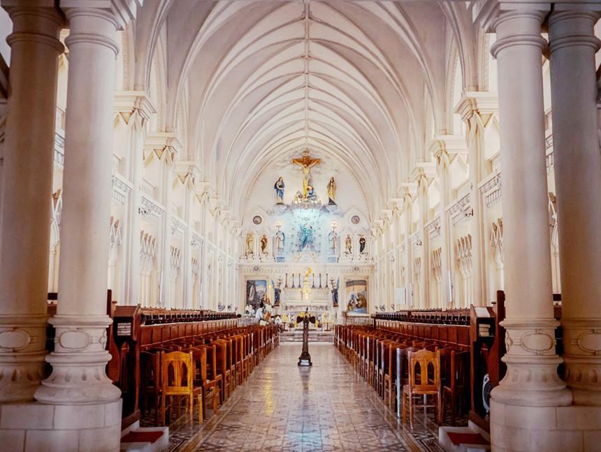 """Phía ngoài Đan viện là những bức tranh """"chạm thủng"""" họa hình các Thánh, hình người vác thánh giá và cầu nguyện. Ảnh: Hàn Việt Anh"""