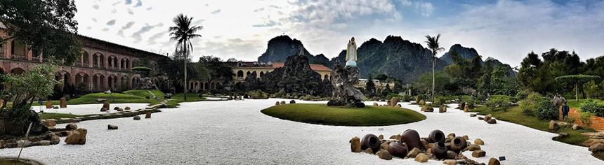 Khuôn viên nhà thờ rộng, trang trí cầu kỳ với khối hòn non bộ, cây xanh, tượng điêu khắc tinh tế,... Ảnh: Hàn Việt Anh