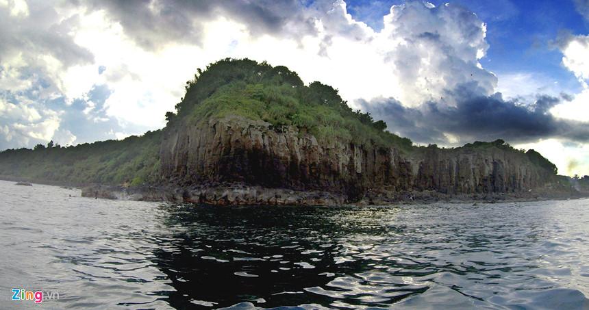 """Kiến tạo địa chất núi lửa tạo vách đá kỳ vĩ trông hệt địa thế """"Long đầu, hý thủy""""(Rồng vờn nước) ở Gành Yến."""