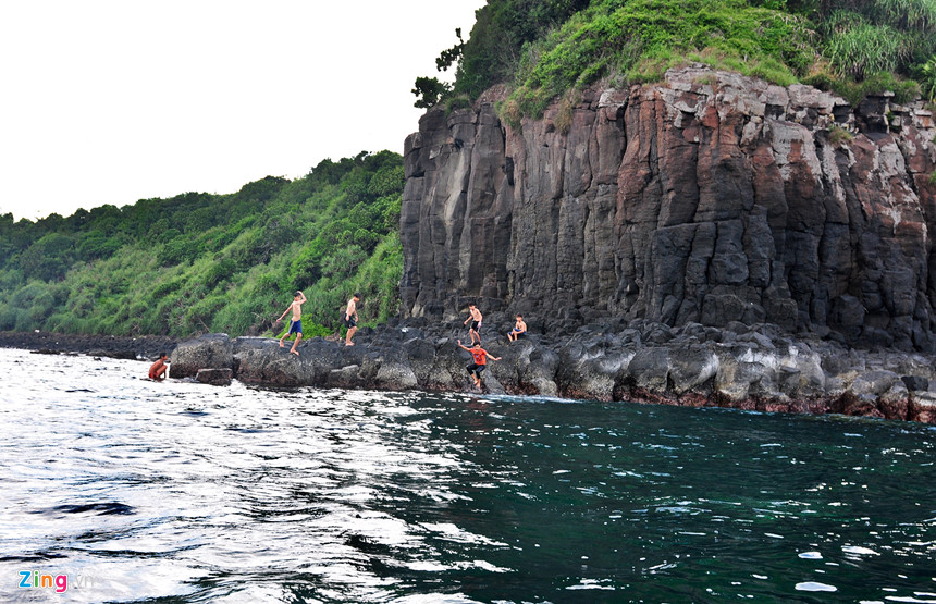 Trẻ em làng chài Bình Hải thích thú tắm biển bên vách đá núi lửa.