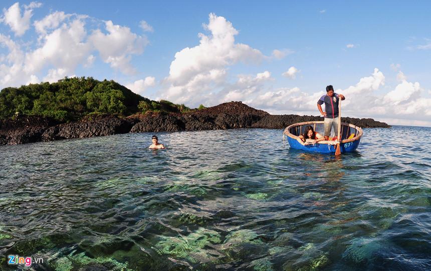 Ngồi trên thuyền thúng, du khách có thể chụp ảnh, ngắm san hô qua làn nước biển trong veo mỗi khi thủy triều rút xuống. Cơ quan chức năng Quảng Ngãi đang quy hoạch khu vực thắng cảnh Gành Yến để bảo tồn, chỉnh trang và phát huy giá trị di sản thiên nhiên vừa đáp ứng nhu cầu tham quan của du khách vừa góp phần nâng cao thu nhập cho người dân.