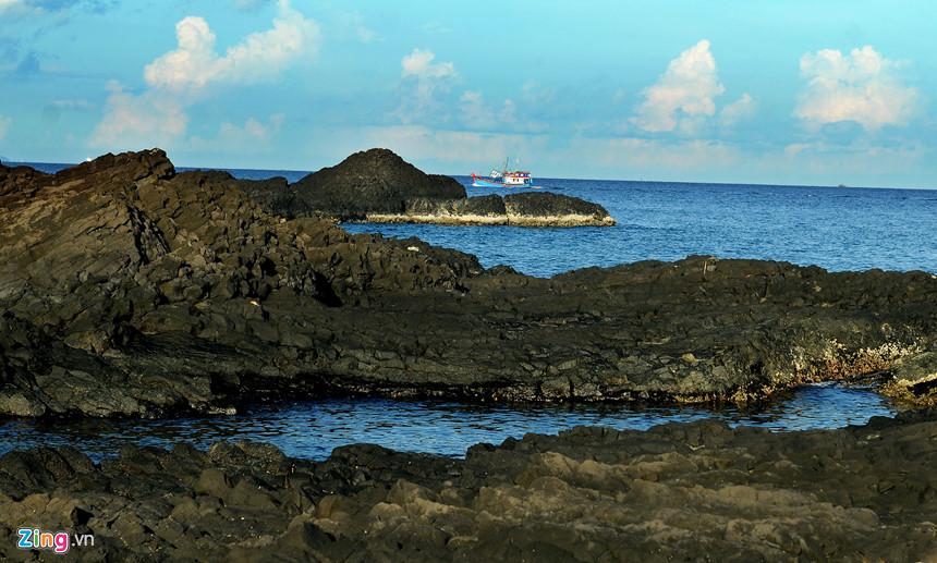 """Nhiều bãi đá trầm tích núi lửa vươn mình ra biển tạo những """"bể tắm tự nhiên"""" hấp dẫn du khách."""