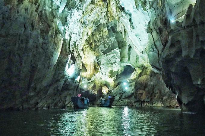 Động Phong Nha  Động Phong Nha cũng nằm trong vườn quốc gia Phong Nha - Kẻ Bàng. Nơi đây ẩn chứa nhiều dòng sông ngầm, cùng với hệ động thực vật đặc biệt, nhất là hàng trăm loài chim khác nhau. Càng đi sâu vào bên trong, du khách cũng sẽ được đắm chìm trong một thế giới khác, nơi mà ánh sáng khiến những nhũ đá trở nên lung linh và huyền bí. Ảnh: Brian Kotaro Ebata.