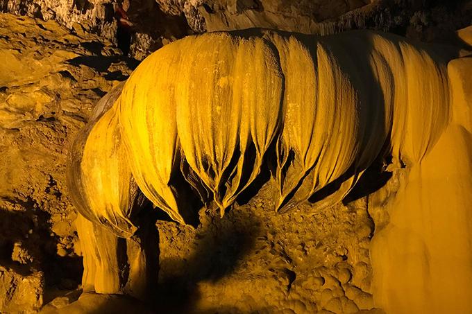 Với hệ thống thạch nhũ và măng đá độc đáo, đây là hang động đã được xếp vào hàng đẹp nhất Việt Nam. Ảnh: Vy An.