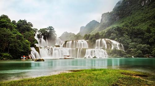 Thác Bản Giốc ở Cao Bằng được mệnh danh là thác nước đẹp nhất Việt Nam, lớn nhất Đông Nam Á. Ảnh: Bùi Tuấn Hùng HPP.