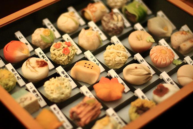 Wagashi (Hoa quả Tử) là loại bánh truyền thống của Nhật Bản. Ngoài hương vị tinh tế ra, hình dạng duyên dáng, màu sắc thanh nhẹ của món bánh khiến các thực khách có cảm giác như đang ngắm một tác phẩm nghệ thuật.
