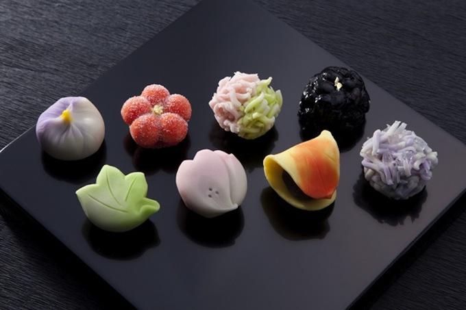 Bắt nguồn từ mục đích làm món ăn tế thần từ xa xưa, đến thời Edo (1603 – 1867) mới được phát triển thành nghệ thuật cho đến nay. Các cửa hàng wagashi tập trung nhiều nhất ở cố đô Kyoto - nơi vẫn còn giữ nhiều nét văn hóa xưa ở Nhật Bản.