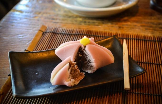 Nhân bánh làm từ đậu đỏ, tượng trưng cho con người đứng ở trung tâm. Vỏ bánh không dẻo như bánh mochi, cũng không quá cứng. Mềm vừa phải và mau tan trong miệng. Khi ăn, người ta dùng một chiếc que tre xắn thành từng miếng nhỏ, thưởng thức với trà.