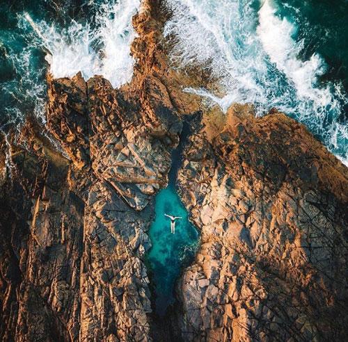 Bể thần tiên, công viên quốc gia Noosa  Những hồ bơi đầy tinh thể và san hô này là điểm dừng chân tuyệt vời để tận hưởng không khí mát lạnh tại vườn quốc gia Noosa. Đến đây, du khách có thể đi 15 km đường mòn để chiêm ngưỡng khung cảnh ven biển. Nếu không, hãy thử ngâm mình trong bể bơi thiên nhiên ngay sát bờ biển để xua đi hơi nóng oi ả của mùa hè.