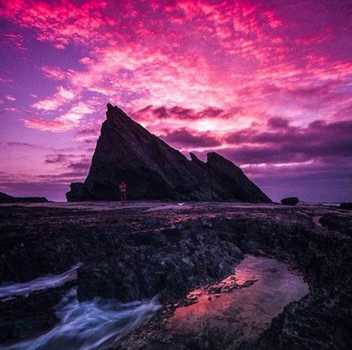 Bờ biển Currumbin, Gold Coast  Đây là một điểm đến yêu thích của người dân Gold Coast. Cấu tạo đá của bờ biển – trong đó có Hòn Voi – biến nơi đây trở thành địa điểm mơ ước của giới nhiếp ảnh để chụp cảnh bình minh. Vào thời điểm đó, ánh sáng mặt trời vẽ lên trên bầu trời một bức tranh không thể nào quên.