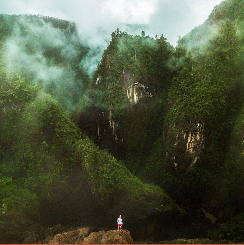 Vườn quốc gia Tully Gorge  Cảnh quan ngoạn mục của những hẻm núi và hang động chỉ là một phần nhỏ trong vẻ đẹp của vườn quốc gia Tully Gorge. Là một trong những khu di sản nhiệt đới ẩm thế giới, Tully Gorge bộc lộ hết vẻ đẹp trong mùa mưa với dòng sông Tully chảy cuồn cuộn. Thực vật nhiệt đới trong vùng cũng do đó mà sinh sôi nảy nở tạo nên cảnh sắc kỳ vĩ.