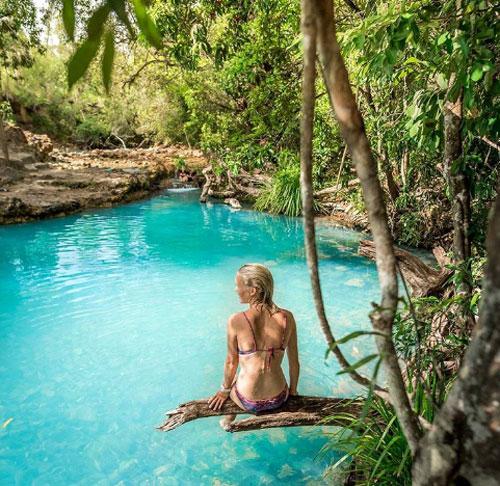 Bể spa Cardwell, công viên quốc gia Girringun  Bể bơi này hoàn toàn do tự nhiên tạo nên. Nằm giữa Townsville và Cairns, hồ bơi Cardwell trở thành một điểm đến nổi tiếng để du khách tận hưởng cảm giác sảng khoái cũng như check-in trên mạng xã hội. Điều đặc biệt là hồ bơi này liên tục thay đổi màu sắc tùy vào thời tiết và thời gian trong ngày, khi màu nước xanh sáng sẽ chuyển sang màu xanh sữa.