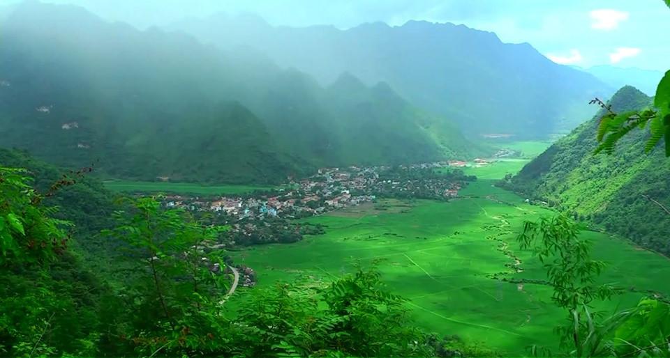 Mai Châu: Là một thung lũng nhỏ thuộc tỉnh Hòa Bình, Mai Châu ẩn chứa vẻ đẹp nên thơ của miền sơn cước với những dãy núi Tây Bắc hùng vĩ, những cánh đồng hay ruộng bậc thang xanh hút mắt. Cách Hà Nội khoảng 170 km, khách du lịch có thể di chuyển khá dễ dàng bằng ôtô hoặc thậm chí bằng xe máy nếu mong muốn thử cảm giác tự do của du lịch bụi. Tại đây, bạn có thể trải nghiệm văn hóa của người Thái tại các dãy nhà sàn ở bản Lác, thăm di tích quốc gia hang Chiều, ngắm ruộng bậc thang tại bản Văn và chiêm ngưỡng thác Gò Lào tung bọt trắng xóa. Ảnh: opentour.vn.
