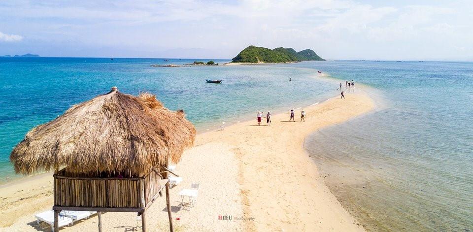 Điệp Sơn - Bình Ba: Điệp Sơn và Bình Ba là các đảo nhỏ tỉnh Khánh Hòa, mang vẻ đẹp rất nguyên sơ và thanh bình. 3 bãi biển được đánh giá đẹp nhất là bãi Chướng, bãi Nồm và bãi Nhà Cũ với làn nước trong xanh cùng bãi cát trắng mịn. Ảnh: Hieu Photography.