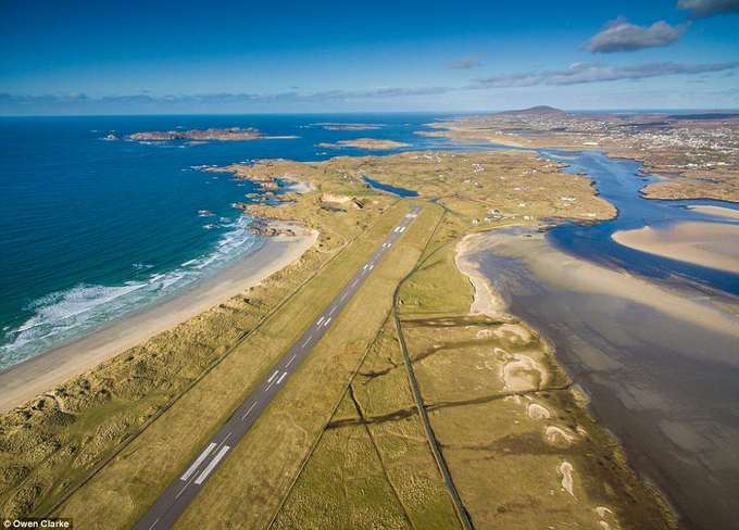 """1. Sân bay Donegal, Ireland  Trong một cuộc khảo sát được thực hiện bởi PrivateFly, sân bay Donegal (Ireland) được bầu là nơi có quang cảnh đẹp nhất thế giới nhìn từ trên cao. Nằm giữa những rặng đồi xanh mướt và biển Đại Tây Dương, vẻ đẹp của Donegal giúp sân bay này nhận được rất nhiều phiếu bầu kèm theo những lời tán dương không ngớt: """"Khi hạ thấp xuống, bạn thấy mình đang lướt trên mặt biển xanh với những ngọn sóng bạc đầu của Đại Tây Dương, điểm xuyết bằng nhiều đảo đá tí hon trong một không gian bao la""""."""