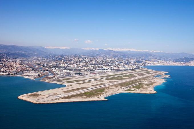 """3. Sân bay Nice, Pháp  Nằm cạnh bờ biển Địa Trung Hải thơ mộng, hành khách có dịp được lướt trên mặt biển trước khi hạ cánh. Một du khách ca ngợi đây là một con đường trên biển """"đầy ma thuật"""", với quần đảo Lerins và những đám mây trên đỉnh Alps như ngay trong tầm với."""