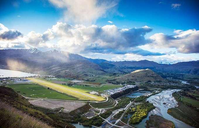 4. Sân bay Queenstown, New Zealand  Sân bay với đường băng được bao phủ bởi những ngọn đồi xanh mơn mởn, là một trong những nơi để lại ấn tượng sâu sắc nhất cho du khách; dù đây chỉ là điểm trung chuyển đến vùng phía Nam New Zealand.