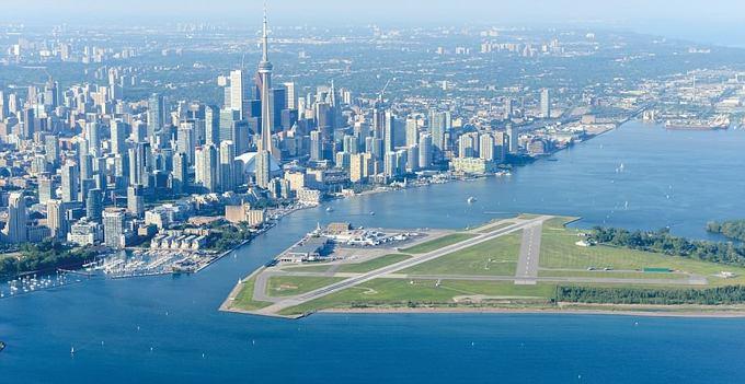 7. Sân bay Toronto Billy Bishop, Canada  Đường băng của Canada này là một trong những nơi có khung cảnh ấn tượng nhất không phải bởi cảnh quan thiên nhiên hùng vĩ, mà bởi những tòa nhà chọc trời và bến cảng hiện đại.