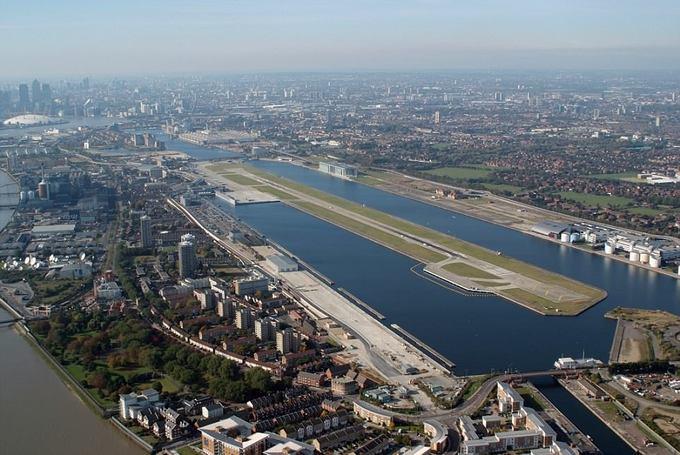 8. Sân bay London, Anh  Hành khách bay đến đường băng này sẽ được thưởng thức khung cảnh ngoạn mục của bến Canary.