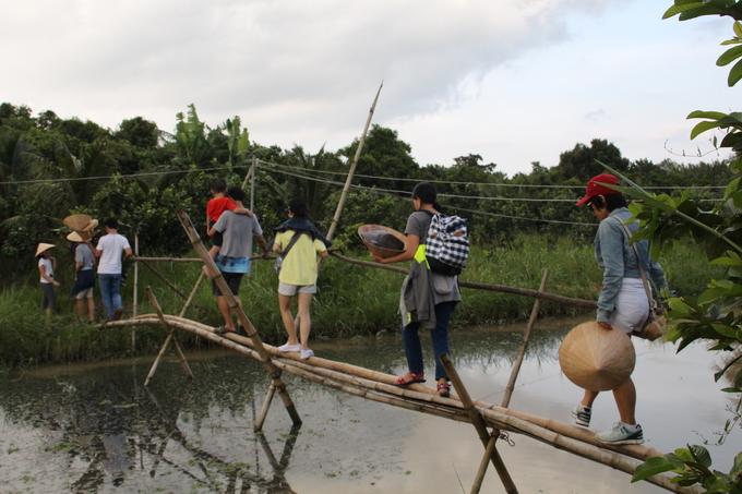 Đi cầu khỉ  Bến Tre có một hệ thống kênh rạch chằng chịt nên người dân phải xây cầu tạm bằng tre để đi. Đây được xem là một trong những trải nghiệm khó quên cho bất kỳ du khách nào. Với cảm giác lắc lư khi đi, trải nghiệm đi cầu khỉ không dành cho người yếu tim, sợ độ cao nếu du khách không quen.