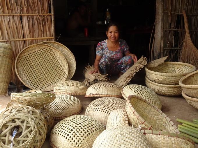 Thăm làng nghề truyền thống đan lát ở Phước Tuy  Nghề đan lát ở Phước Tuy, Ba Tri cách thành phố Bến Tre khoảng 40 km về hướng đông. Đây là làng nghề đã có từ rất lâu đời. Người dân làm tất cả những vật dụng trong đời sống sinh hoạt hàng ngày đều bằng tre. Mỗi nhà chia nhau làm bung, lờ bắt cá hoặc rế, nia. Du khách đến đây vừa được xem người dân địa phương làm ra sản phẩm, học cách thức và trải nghiệm cùng người dân.
