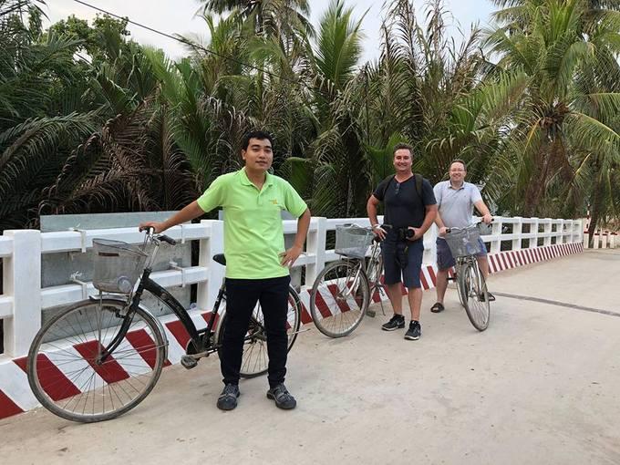 Đạp xe trong vườn dừa  Xuống Bến Tre du khách nên thử đạp xe khoảng vài cây số loanh quanh trong vườn dừa, tận hưởng không gian bình yên và mát lành. Vừa đạp xe du khách còn được trò chuyện, hỏi han cùng người dân địa phương để hiểu thêm về cuộc sống ở vùng quê.