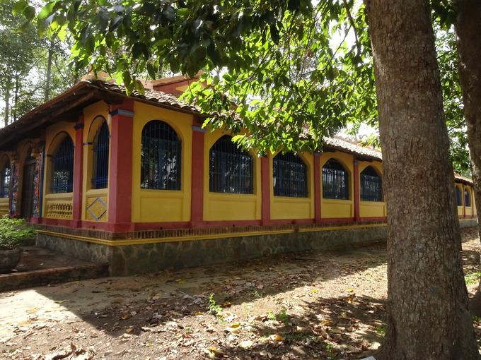 Thăm đình Phú Lễ  Đình Phú Lễ thuộc xã Phú Lễ, huyện Ba Tri, được xây dựng vào năm Minh Mạng thứ 7 (1826), trên cơ sở ngôi đình bằng gỗ lá. Đây được xem là ngôi đình đẹp và lâu đời nhất của tỉnh Bến Tre.