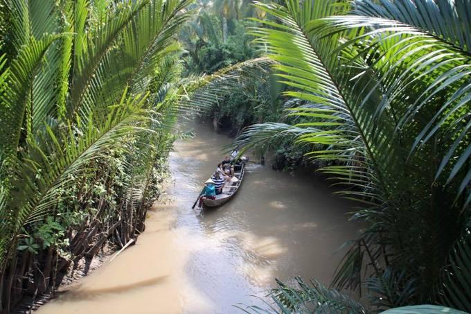 Đi xuồng ba lá  Du khách nên mua một tour đi trên sông kèm dịch vụ đi xuồng ba lá. Đây là một trải nghiệm không thể nào quên đối với mỗi du khách khi được ngồi thuyền len lỏi qua hàng nghìn cây dừa nước mọc quanh bờ kênh.