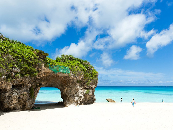 Tuy là đảo quốc nhưng do nằm ở xứ lạnh nên du lịch biển đảo của Nhật Bản không phải là thế mạnh. Nhưng bạn cũng sẽ ngất ngây nếu đến quần đảo Miyako-jima ở Okinawa với dải cát trắng mịn, nước biển trong xanh quyến rũ.