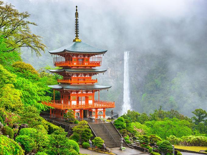 Ngôi đền đỏ Kumano Nachi Taisha và thác Nachi ở Wakayama.