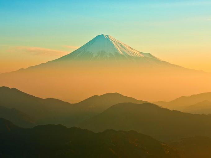 Có lẽ không cần giới thiệu nhiều về núi Fuji - núi Phú Sĩ huyền thoại, nơi đã trở thành biểu tượng của nước Nhật. Quanh năm được bao phủ bởi tuyết, ngọn núi là điểm tham quan, ngắm cảnh không thể bỏ qua ở Nhật.