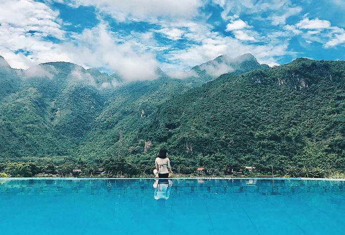 """Sol Bungalows Resort - Mai Châu  Sol Bungalows nằm tại huyện Mai Châu tỉnh Hòa Bình, vốn cũng khá quen thuộc với những tín đồ mê dịch chuyển miền Bắc. Nằm ở xã Chiềng Châu, Sol Bungalows """"lạc"""" giữa núi rừng, ruộng lúa và cây cối xanh tươi. Đặc biệt, khu nghỉ sở hữu một bể bơi ngoài trời có diện tích khá lớn, nhìn xuống đồng lúa rộng mênh mông. Ảnh: linhmush"""
