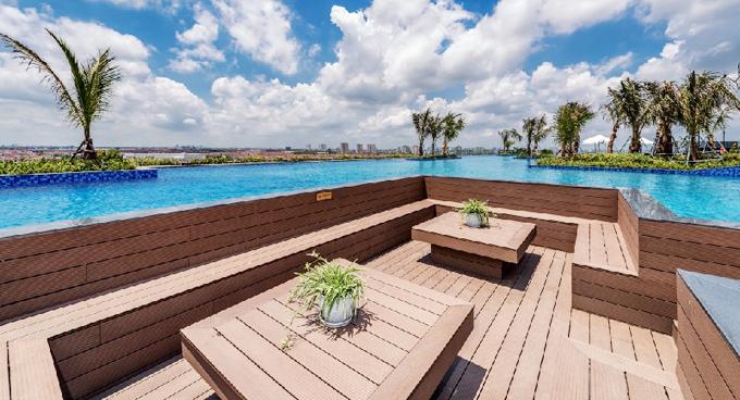 Ngoài khu vực bể bơi, du khách cũng có thể thư giãn, nghỉ ngơi ở 4 mini pool bar xen kẽ hồ bơi theo phong cách hiện đại. Điểm đặc biệt nhất là diện tích mảng xanh và thảm thực vật rộng 420 m2 được thiết kế hợp lý. Các bồn cây được bố trí cả trên cạn và dưới nước khiến cho không gian sinh thái hài hòa và sinh động.