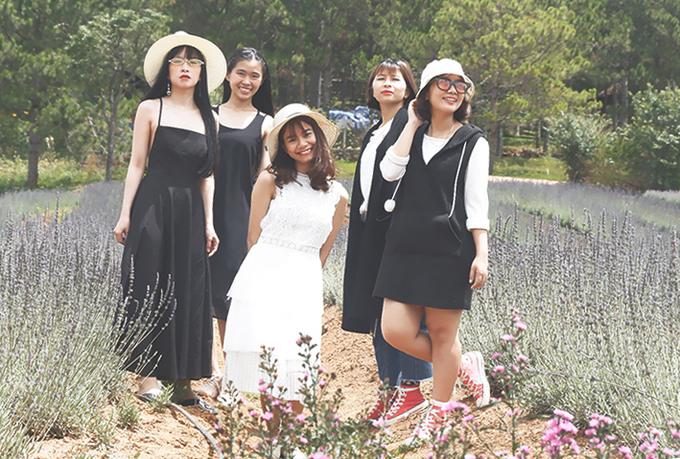 """Thảo Trâm, Thuỳ Dung, Minh Sao, Cẩm Hường và Kiều Nhi gặp nhau tại TP HCM khi vào đại học. Nhóm bạn chơi thân đã 5 năm và vừa có chuyến trải nghiệm Đà Lạt hồi đầu tháng 5. """"Điều khiến tụi mình ấn tượng nhất trong chuyến đi lần này là được chụp ảnh cùng nhau tại các cánh đồng hoa"""", một thành viên chia sẻ."""