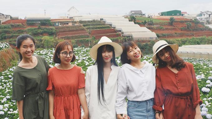 Những cô gái tạo dáng tại vườn hoa cẩm tú cầu trước khi ra về.