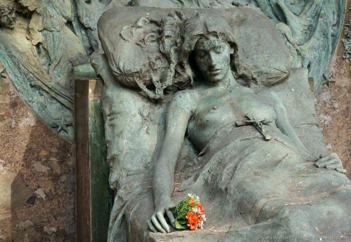 Các ngôi mộ được trang trí bằng những bức tượng nghệ thuật. Ảnh: Jessica Norah