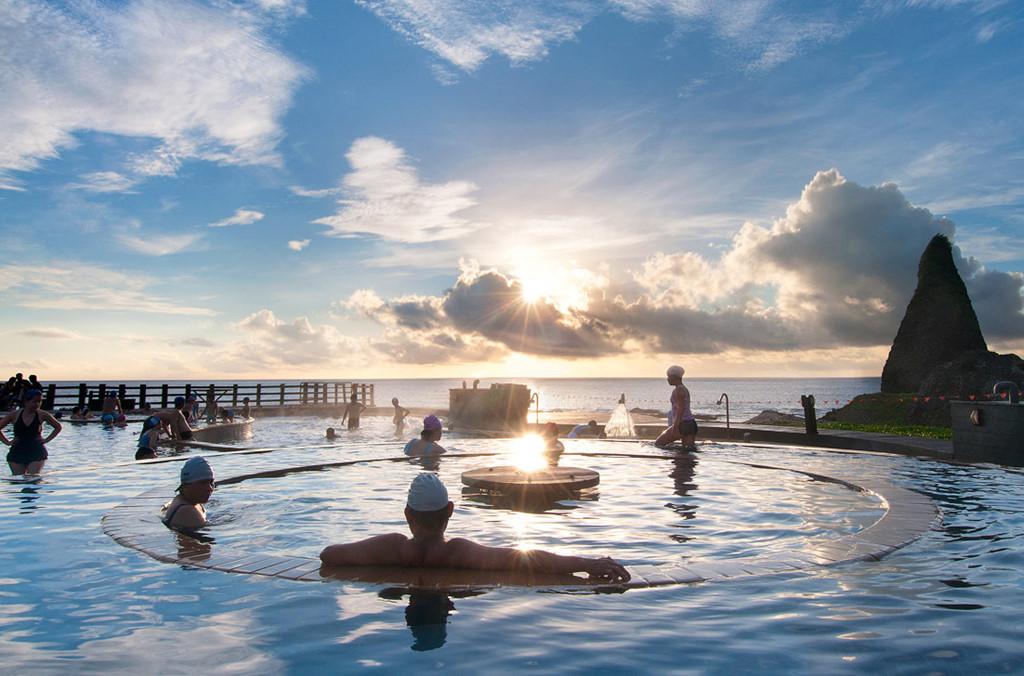 Đến đảo Xanh để được ngâm mình trong dòng nước nóng mặn, ngắm mặt trời ló rạng từ mặt biển Thái Bình Dương.