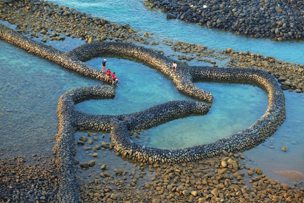 Đập tràn hình trái tim ở đảo Qimei thuộc quần đảo Penghu là nơi chụp hình yêu thích của cặp đôi trẻ.