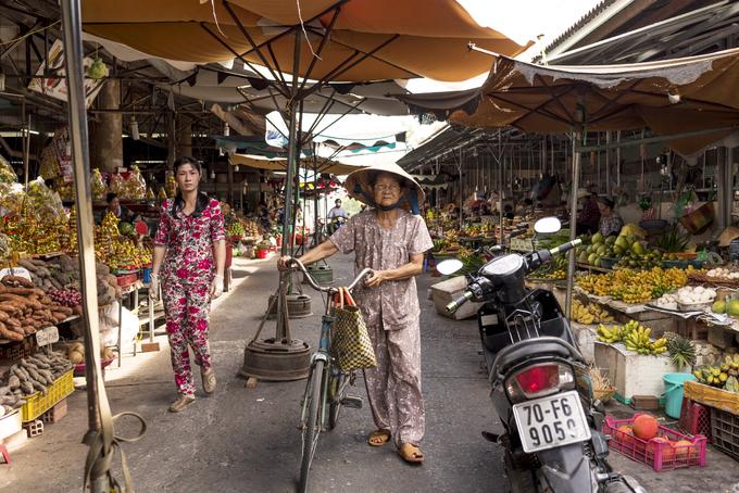 Điều tôi muốn nói đến nữa chính là thời trang của người Việt. Những người phụ nữ có tuổi thường mặc bộ liền sặc sỡ như đồ ngủ người phương Tây hay mang ở nhà. Trong khi đó, tại những thành phố lớn như Hà Nội, Đà Nẵng hay TP HCM, chúng tôi phải ngạc nhiên trước hàng loạt cửa hàng thời trang, bán những món đồ thực sự độc đáo.