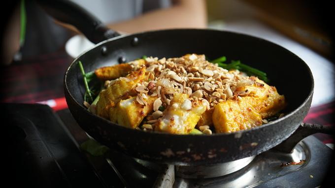 """Ẩm thực  Tôi sẽ khép lại những cú sốc với điều tuyệt vời nhất: Ẩm thực Việt. Những món ăn này khiến tôi phải bật ra loạt câu hỏi: """"Suốt cả đời mình tôi đã ăn những gì vậy?"""" hay """"Tại sao món này không có ở Hà Lan?"""".  Sức hút của văn hoá ẩm thực tại đất nước này kéo mọi người lại gần nhau hơn. Dù giàu hay nghèo, bạn luôn tìm thấy thứ gì đó để ăn khi đến Việt Nam. Từ một gánh hàng rong ven đường với tô phở chưa đến 1 euro cho tới một nhà hàng cao cấp phục vụ đặc sản nhiều vùng miền. Mọi người luôn tìm được lựa chọn hoàn hảo cho chính mình. Ảnh: Huyền Phạm."""