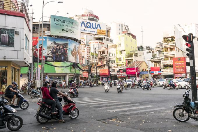 Giao thông hỗn độn  Tôi tưởng mình đã quá quen với giao thông tại Bắc Kinh hay Teheran, nhưng những thành phố này chẳng là gì so với TP HCM, nơi có hàng triệu chiếc xe máy trên đường.  Vỉa hè trở thành chỗ đỗ xe, khiến người đi bộ phải xuống lòng đường. Vậy là trên đường sẽ có cả khách bộ hành, xe hơi, xe máy, xe đạp chở cồng kềnh, xe khách, container...  Mọi người dường như đi theo dòng xe hỗn loạn, còn nhấn còi chỉ là cách để người khác biết đến sự tồn tại của họ, mà không hẳn để nhắc người khác tránh đường. Tuy nhiên, sau hai tuần sống trong thành phố, chúng tôi dần tin rằng phương thức di chuyển này thực sự hiệu quả với người dân. Lạ lùng thay (và cũng thật vui mừng), chúng tôi không gặp một vụ tai nạn nào.