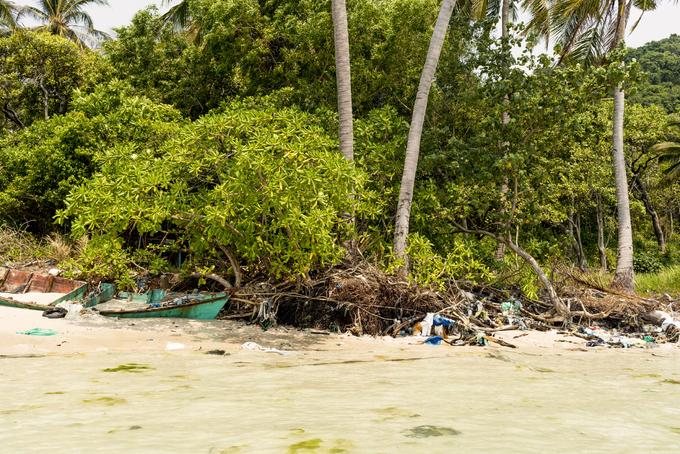 """Ô nhiễm nghiêm trọng  Đáng tiếc, không chỉ người dân có tư tưởng """"nếu tôi không xả rác, người khác sẽ làm thế"""", nhiều du khách thản nhiên vứt mọi thứ xuống đất bởi đường sá vốn đầy rác rưởi. Đó là lý do khiến nhiều bãi biển ở Phú Quốc trở nên xấu xí, những núi rác chắn lối trong rừng.  Nhiều tổ chức đang ngày đêm nỗ lực để dọn dẹp rác thải, nhưng đó là một nhiệm vụ bất khả thi. Hy vọng chính quyền sẽ đưa ra giải pháp tối ưu thật nhanh chóng, ngay cả lệnh cấm sử dụng túi nilon cũng là khởi đầu tích cực."""