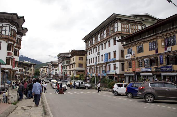 Thủ đô là thành phố lớn nhất của Bhutan  Thimphu so với các thành phố lớn trên thế giới thì không thể sánh bằng. Tuy nhiên ở vương quốc hạnh phúc này, đó lại là thành phố lớn nhất với diện tích hơn 26,1 km2, bé hơn quốc đảo Singapore (721,5 km2). Khoảng 100.000 người sinh sống ở Thimphu và mật độ dân số tại đây là 4.000 người mỗi km2.  Thimphu còn là trung tâm thương mại, tôn giáo và hành chính của Vương quốc Bhutan. Đó là nơi bạn có thể tìm thấy tất cả cơ quan của các bộ ngành. Gia đình hoàng gia Bhutan cũng sinh sống tại Thimphu. Nếu kỳ vọng sẽ có một cung điện tương đương Buckingham ở đây thì bạn sẽ phải thất vọng vì cung điện hoàng gia Bhutan nhỏ hơn nhiều và không quá nổi bật. Tuy nhiên, pháo đài Thimphu (Tashichho Dzong) là một công trình đồ sộ nơi có ngai vàng, các văn phòng của vua cùng Ban thư ký các bộ Nội vụ và Tài chính.