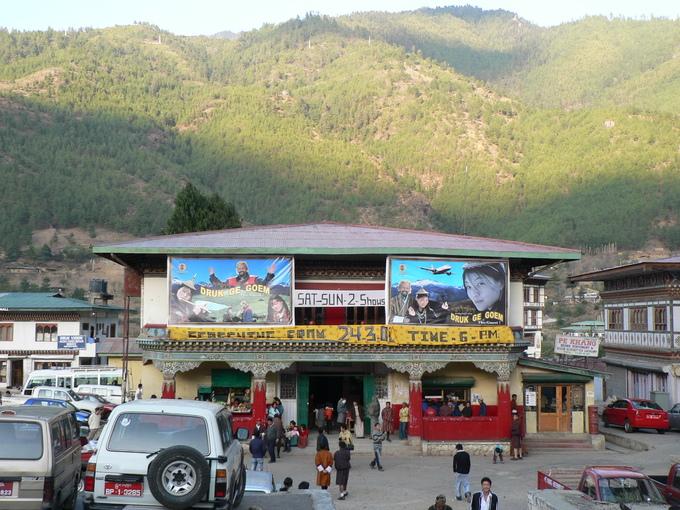 Rạp phim không chiếu phim nước ngoài  Ở Thimphu chỉ có 3 rạp chiếu phim nhưng bạn không thể tìm được nơi chiếu các bộ phim hot của Hollywood hay các nước châu Á khác. Các rạp phim này không chiếu phim nước ngoài mà chỉ chiếu phim Bhutan không có phụ đề nên khách du lịch cũng khó có thể xem được.