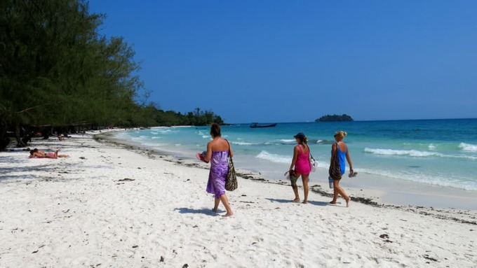 """Koh Rong  Trước đây Koh Rong chỉ có vài căn bungalow cho khách nghỉ dưỡng nằm dọc theo các bờ biển cát trắng trải dài, liền kề với những khu rừng rậm rạp. Hòn đảo vẫn được coi là một nơi tách biệt với khu dân cư, nhưng vài năm gần đây khi hàng loạt điểm lưu trú mọc lên khiến nơi này trở thành thiên đường cho dân du lịch bụi.  Theo CNN, tuy Koh Rong chưa phát triển quá nhiều, nơi này vẫn là một điểm """"phải tới"""" ở Campuchia dành cho người muốn có làn da rám nắng ban ngày và đêm xuống được quay cuồng trong tiệc tùng."""
