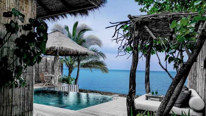 """Song Saa  Đây là một đảo tư nhân nằm ngoài khơi Koh Rong sẽ đem tới cho du khách những trải nghiệm riêng biệt nhất. Song Saa thực chất là hai đảo nhỏ tạo thành, trong tiếng Khmer Song Saa nghĩa là """"người tình""""."""